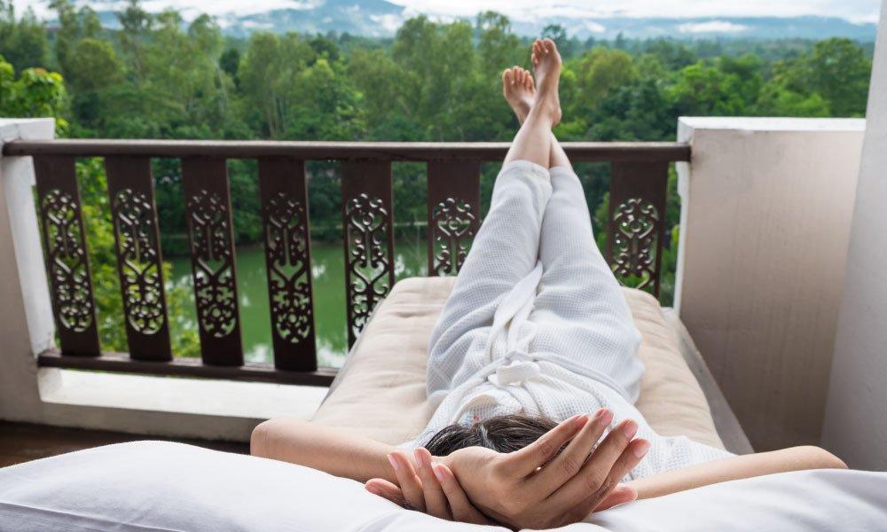 mujer relajada terraza siessta